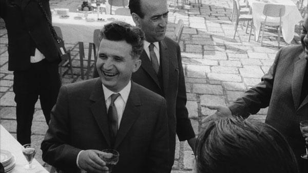 Ceausescu_verre_a_la_main.jpg