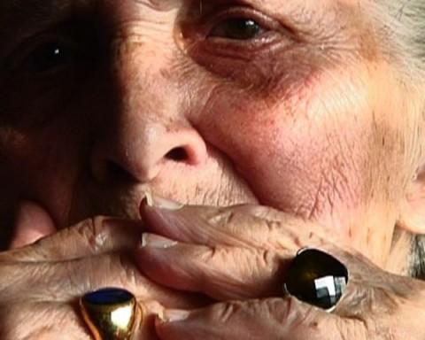 <i>La Petite Boiteuse</i>, de Robin Harsch&nbsp;&raquo; align=&nbsp;&raquo;center&nbsp;&raquo; /><p>À l&rsquo;issue de la projection de son joli moyen-métrage suisse <em>La Moto de ma mère</em>, la réalisatrice Séverine Cornamusaz, également membre du jury de cette édition 2014, a livré au public une petite explication bien nécessaire en matière d&rsquo;histoire suisse. Brièvement: la Suisse, ou plus précisément la Confédération suisse, est un État fédéral qui compte plusieurs langues officielles: l&rsquo;allemand (la plus parlée), le français, l&rsquo;italien et le romanche (partiellement officielle) ce qui a un impact direct sur la production cinématographique nationale. En découle une richesse culturelle mais également un antagonisme francophone/alémanique sous-jacent qui s&rsquo;exprime surtout stylistiquement. Si l&rsquo;on s&rsquo;en tient aux films vus qui ne sont évidemment pas représentatifs de l&rsquo;ensemble de la production cinématographique suisse, il se dégage en effet de la production alémanique un style plus télévisuel (<em>Reise ohne Rückker</em> d&rsquo;Esen Isik ou <em>Auf der Strecke</em> de Reto Caffi) ou à l&rsquo;inverse plus expérimental (<em>Kick that Habit</em> de Peter Liechti). Mais le nombre de films présentés ainsi que leur diversité nous empêchent heureusement de formuler d&rsquo;autres généralités.</p><h2>Prise de risque</h2><p>Ce qui rassemble ces films, du moins ceux que nous avons pu voir, est la prise de risque dont font preuve la plupart des réalisateurs. En tête de lice, le fabuleux <em>Tous à table</em> d&rsquo;Ursula Meier, tourné en deux nuits, caméra à l&rsquo;épaule. Il relate un dîner d&rsquo;anniversaire qui vire presque au drame lorsqu&rsquo;une innocente devinette est lancée par un convive éméché. Dans un noir et blanc granuleux et servi par des dialogues savoureux, à la fois écrits et improvisés, on ne peut cette fois-ci s&#8217;empêcher d&rsquo;y déceler un hommage à la Nouvelle Vague française mais aussi à l&rsquo;h