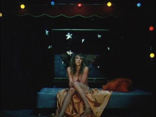 Dyn Amo, réalisé par Stephen Dwoskin. Linda Marlowe en poupée chiffonnée par sa performance.